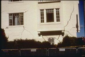 ترک ناشی از نشست در ساختمان